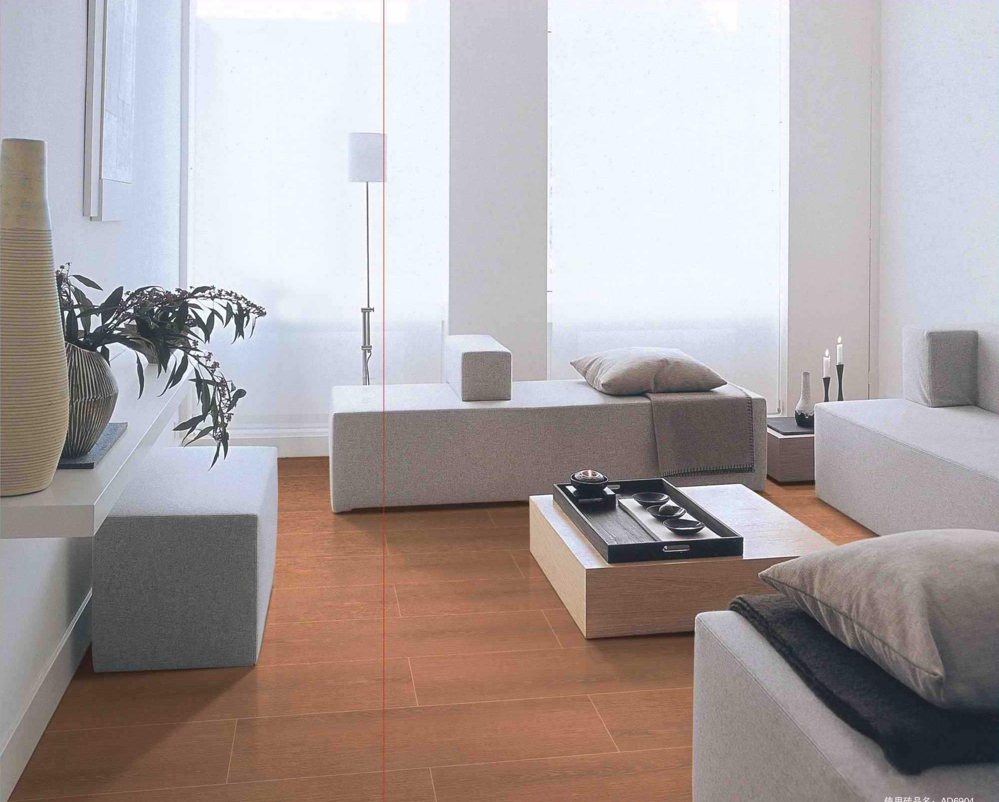 我们都希望把自己的加装修的温馨舒适,劳累一天了,晚上可以有一个舒适的休息环境。那么如何让把我是装饰的舒适温馨?实木地板无疑是一个绝佳的选择。  实木地板其天然的木质风格营造出的自然氛围让人倍感亲切,许多年以来一直深受人们的欢迎。但是由于其天然属性,实木地板在空间的使用上有一定的限制。而仿木地板瓷砖既具有木地板的外表,也具有瓷砖本身的特点,在空间的应用和使用寿命更强于实木地板!  实木地板木色、纹理都是浑然天成的,还有着极其舒适的触感,符合了一个温馨舒适的家的需求,然而实木地板也属于比较娇贵的一个材料,难打